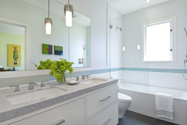 Обратите внимание, что стеклянные шторки практически незаметны в интерьере и не загромождают пространство комнаты