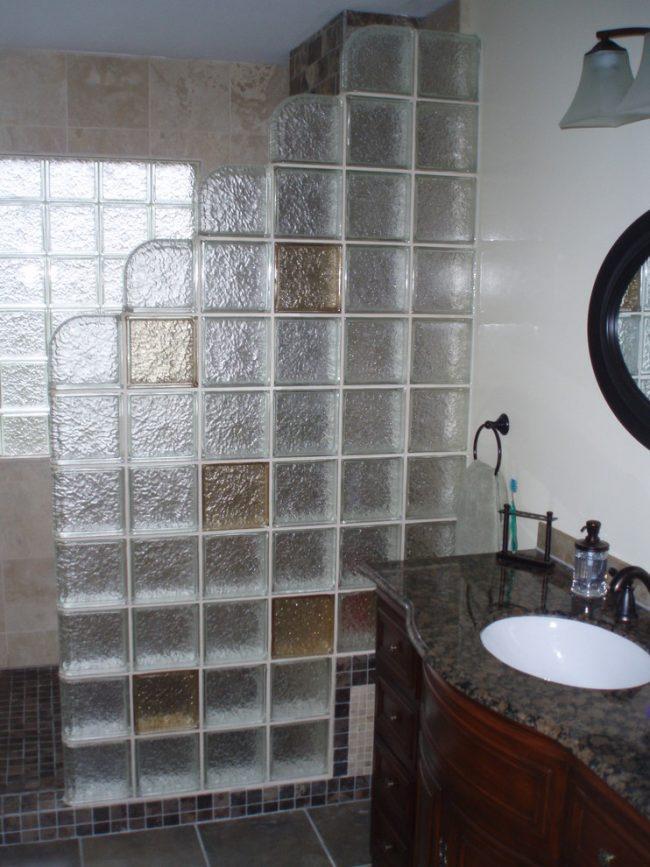 Не бойтесь экспериментировать, создайте свой личный дизайн стеклянной шторки для ванной, попробуйте комбинировать разные цвета, формы и фактуры