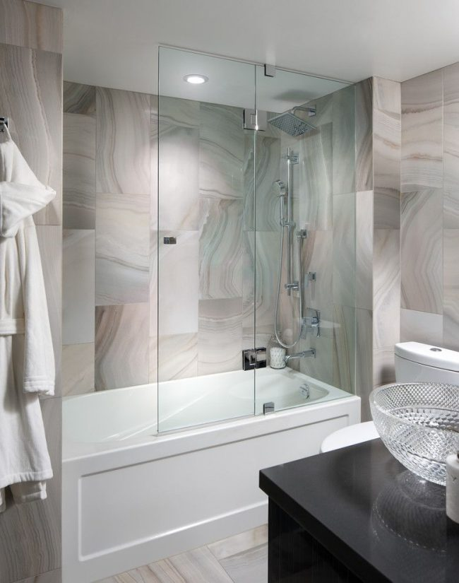 Стеклянные шторки для ванной придают пространству воздушности