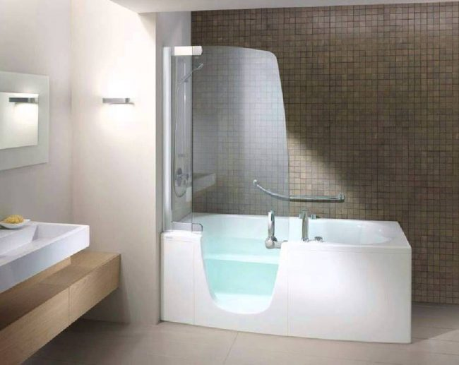 Оригинальная стеклянная шторка для ванной отлично зонирует пространство