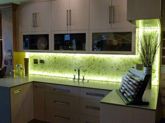 Небольшое количество светодиодной ленты, и Ваша кухня полностью преобразована