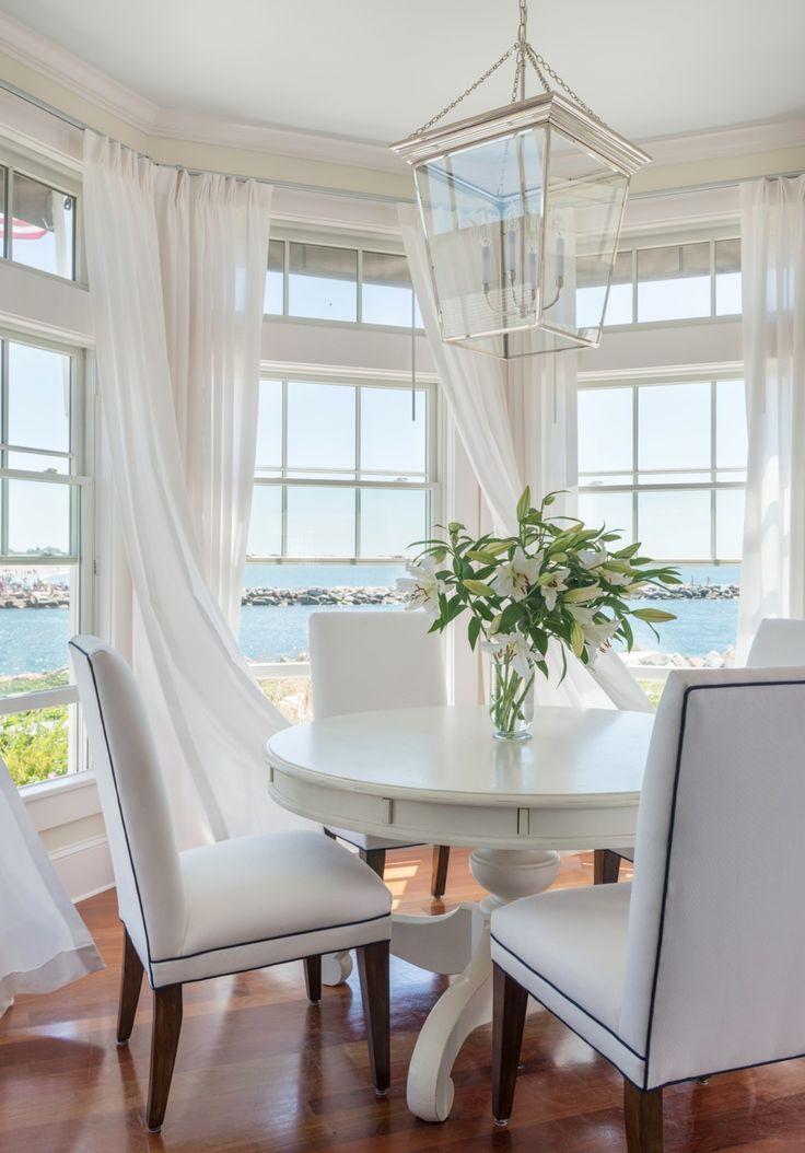 Белые шторы для эркера создают ощущение легкости и воздушности в помещении кухни