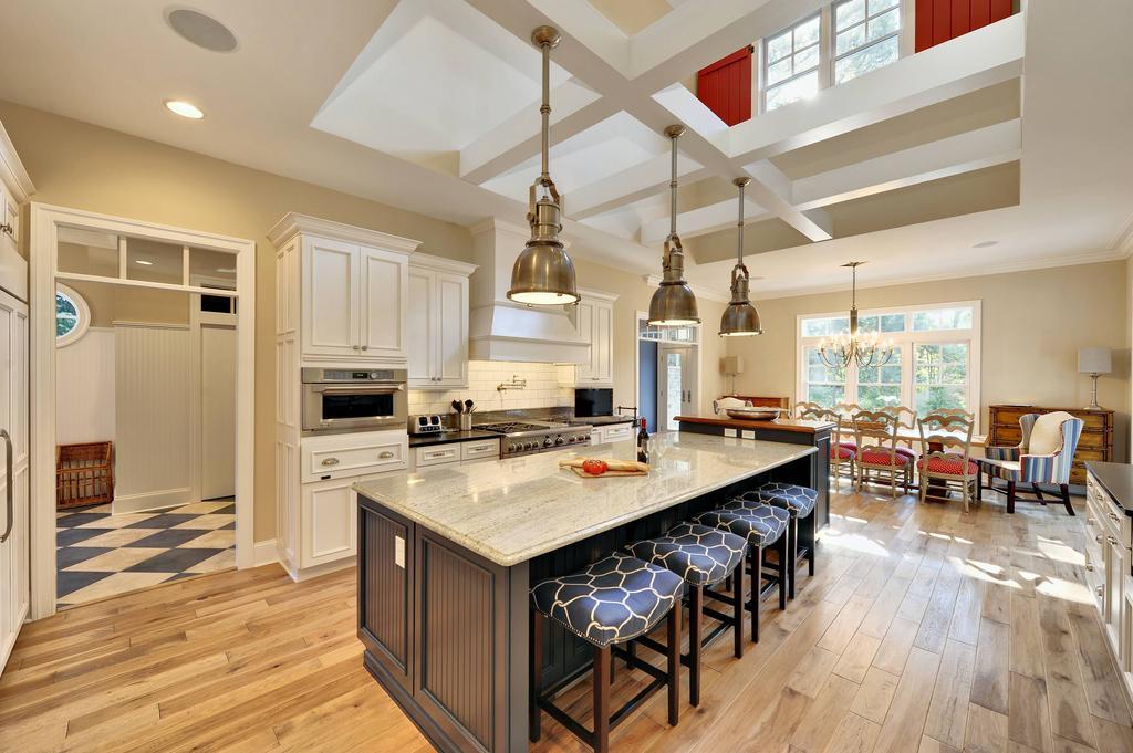 Кухня бежевого цвета, выполненная в классическом стиле