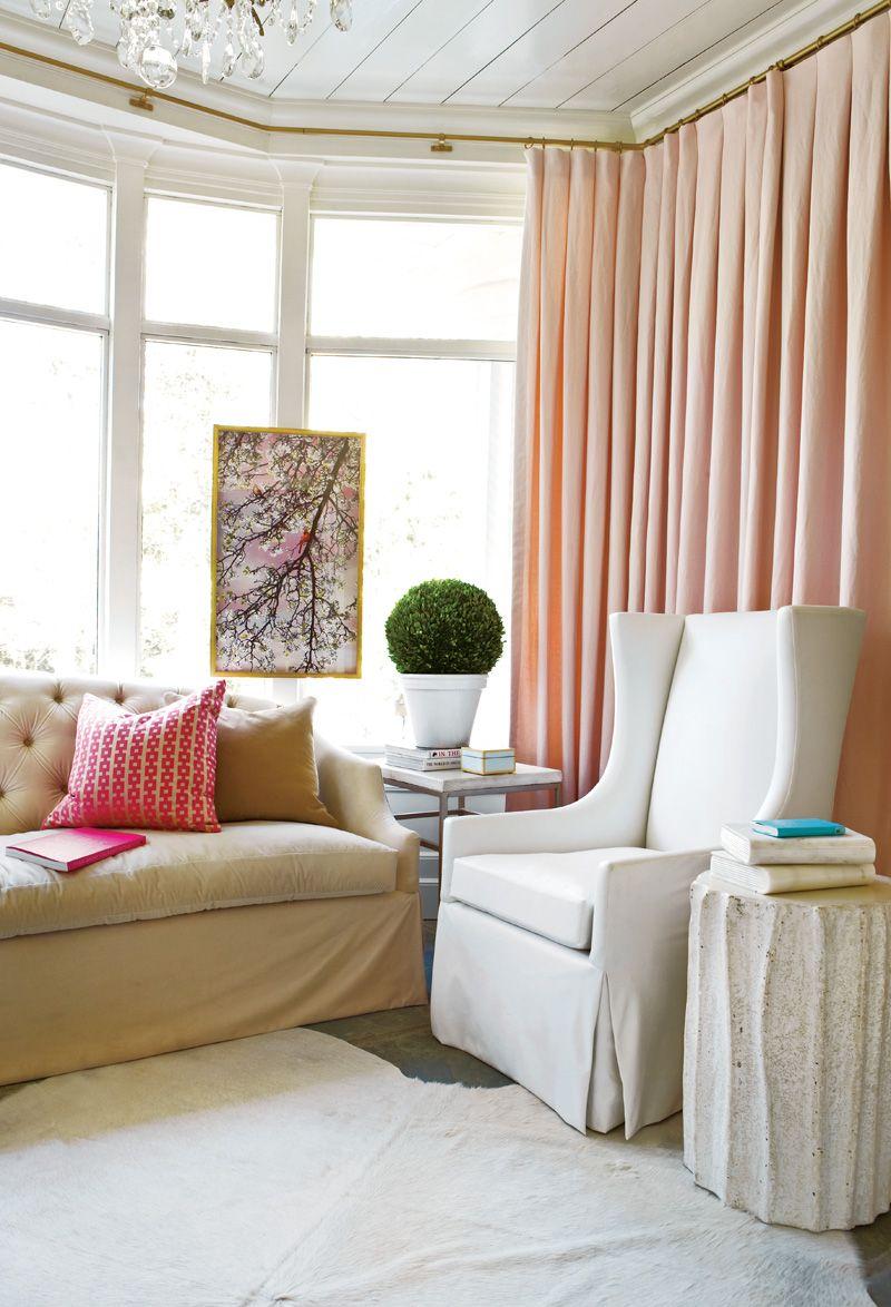 Нежные шторы розового оттенка прекрасно сочетаются с общим стилем интерьера в пастельных тонах