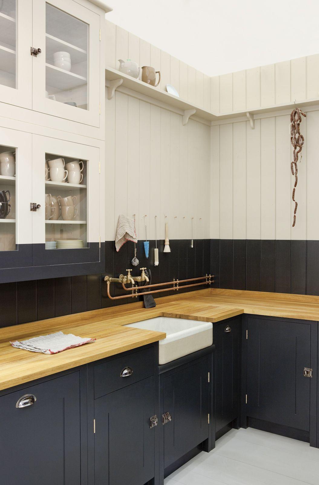 Гармоничное соединение черного и бежевого цвета в кухне