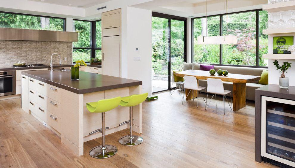 Светлый и уютный эркер в кухне - лучший вариант для размещения в нем обеденного стола