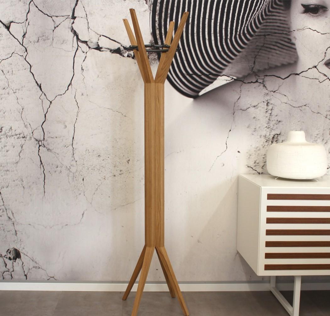 Фото 5 - Лаконичная деревянная напольная вешалка