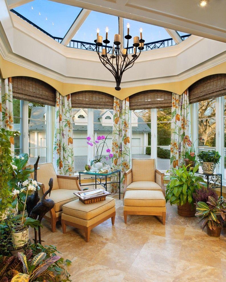 Шторы для эркера с природными мотивами гармонично смотрятся в эркере с функцией зимнего сада