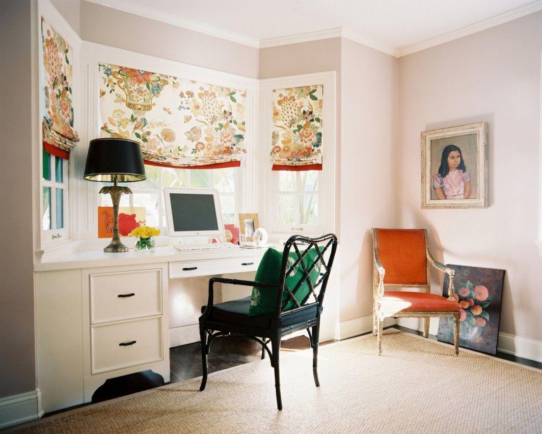 Ролетные шторы с цветочным принтом в кабинете-эркере разбавляют рабочую обстановку