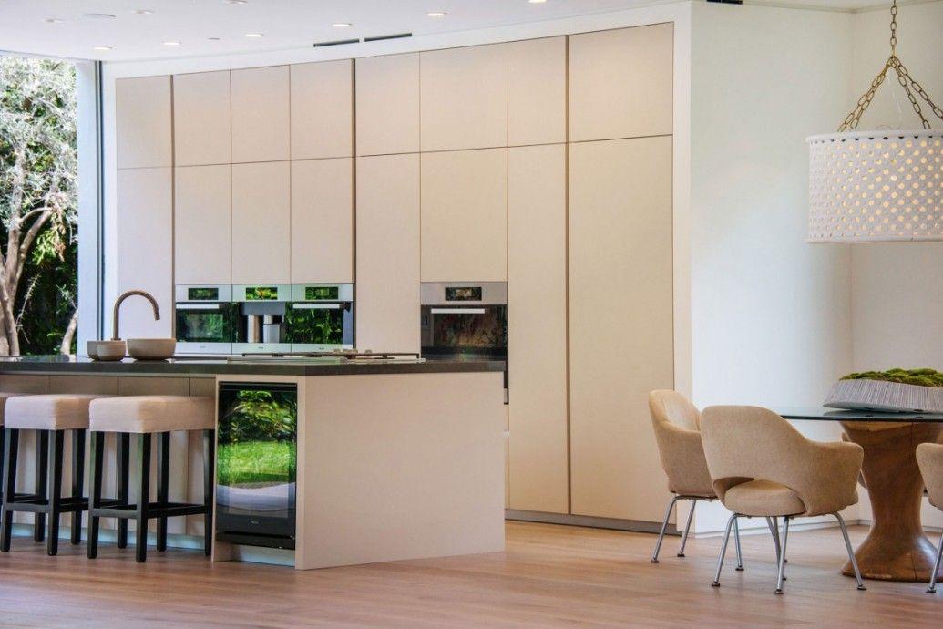 Спокойная и сдержанная кухня в светлом бежевом цвете