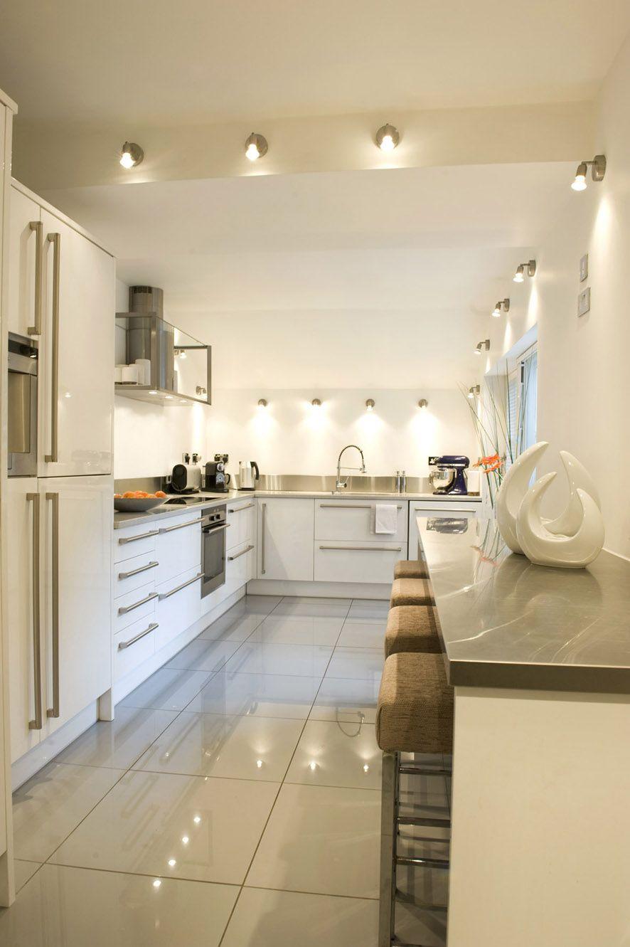 Удачное использование бежевого цвета в кухне в современном стиле