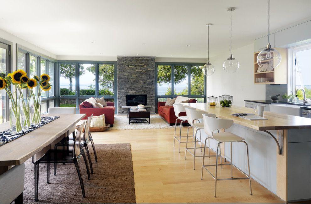 Бежевый цвет кухни удачно сочетается с другими цветами интерьера