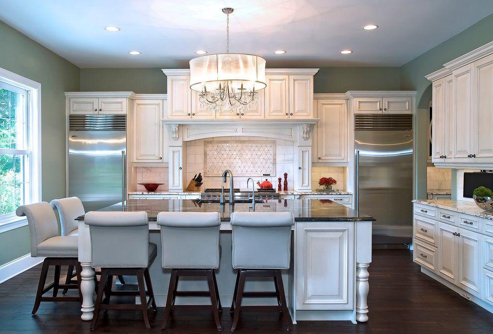 Симметрична композиция на кухне - холодильник и морозильная камера в противоположных углах стены