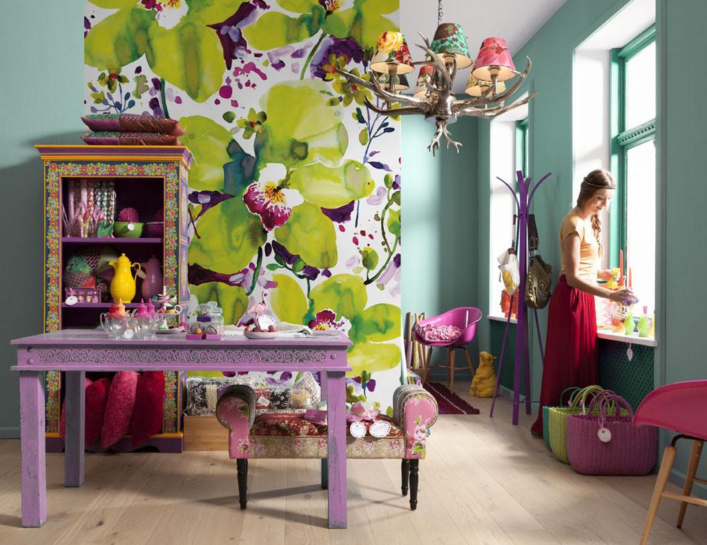 Яркие и сочные цветы преображают комнату
