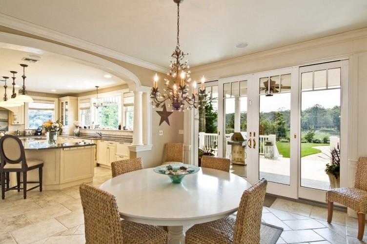 Кухня, выполненная в бежевом цвете наполняет интерьер теплом и уютом