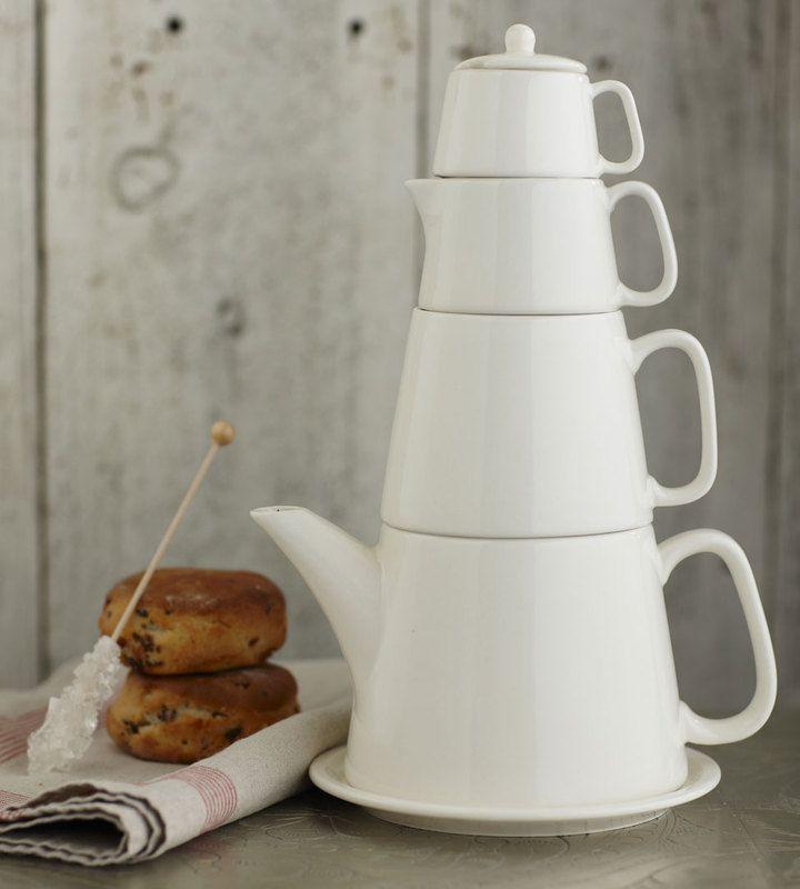 Белый чайный сервиз с чашками разного размера