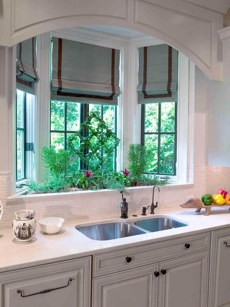 Раковина возле окна дает отличную возможность мыть посуду и любоваться видом за окном
