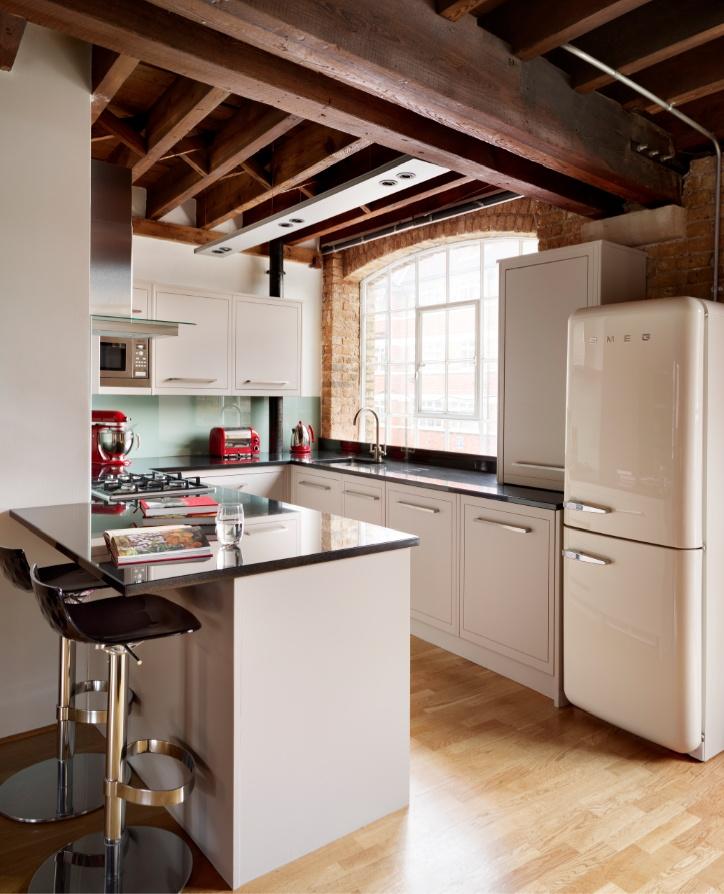 В стиле лофт белая кухня с винтажным холодильником смотрится очень органично