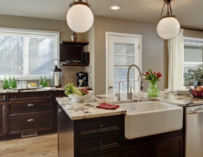 Кухня бежевого цвета с теплыми и холодными оттенками