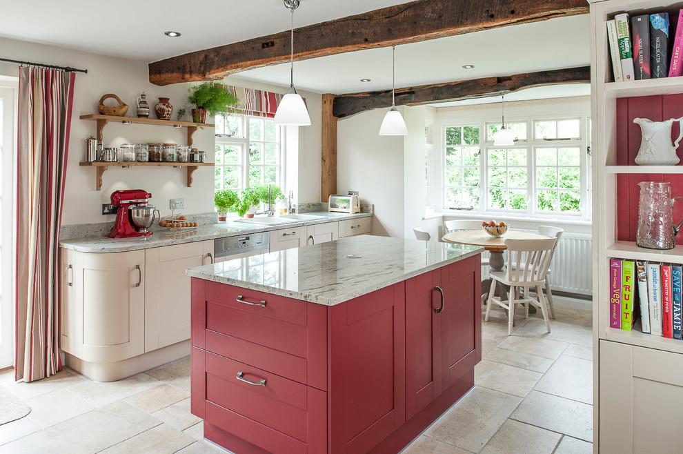 Удачное использование нежного бежевого и красного цвета в кухне
