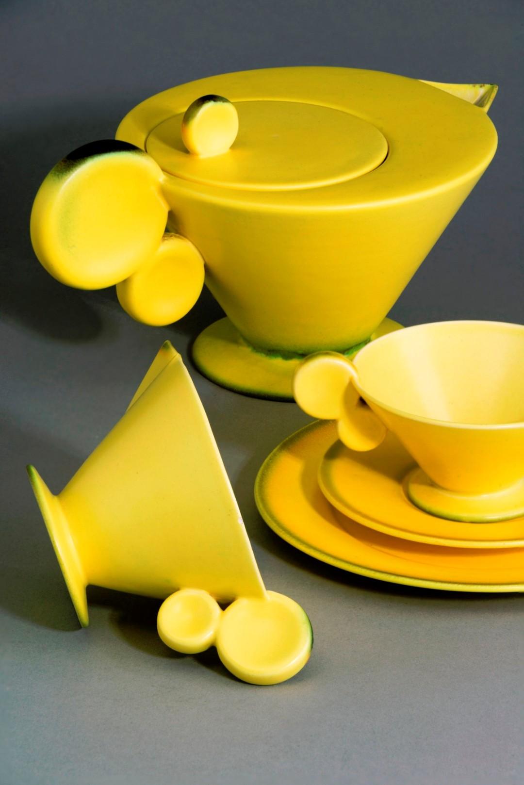 Чайный сервиз солнечного цвета необычной формы украсит собой интерьер