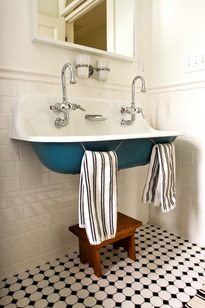 Чугунный умывальник покрашенный в два цвета в ретро-стиле - интересная деталь образа вашей ванной комнаты