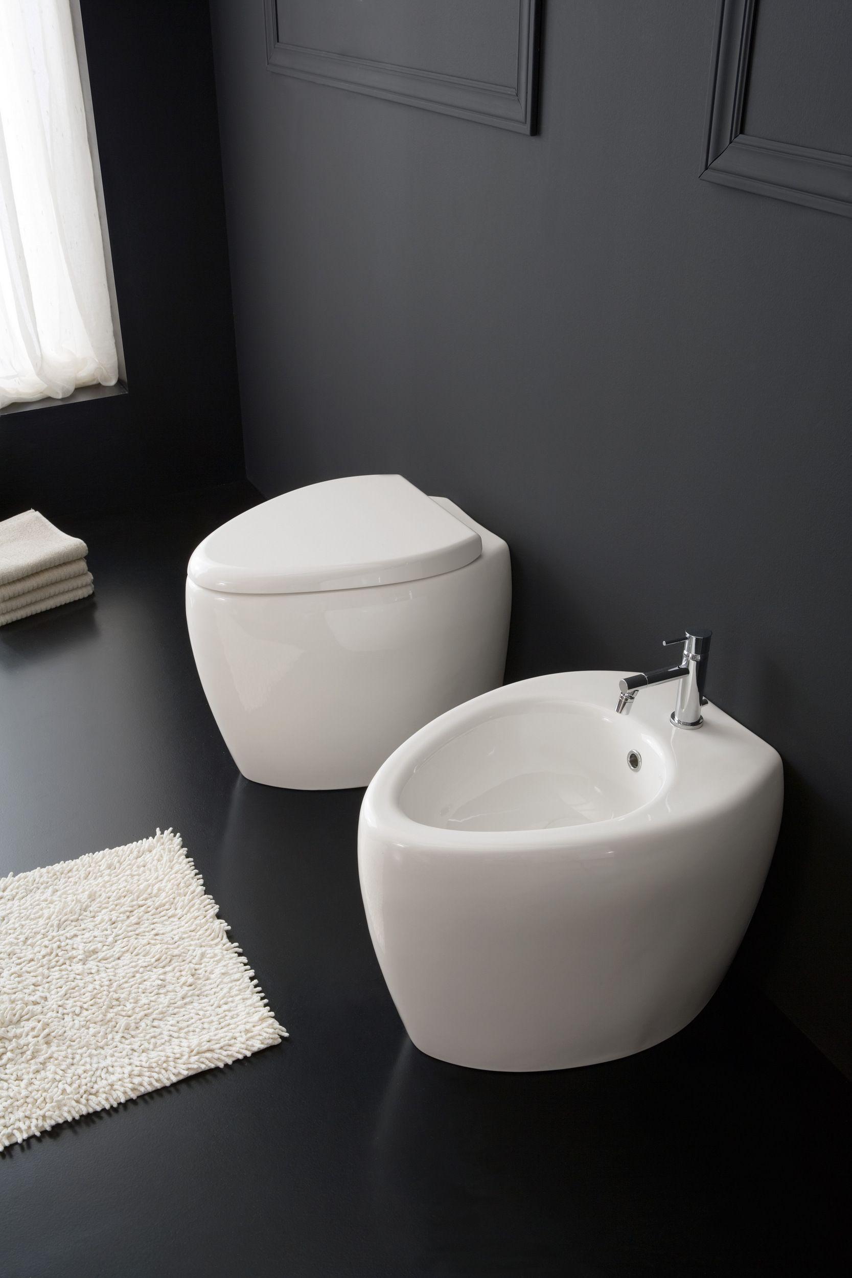 Контрастное черно-белое сочетание в ванной