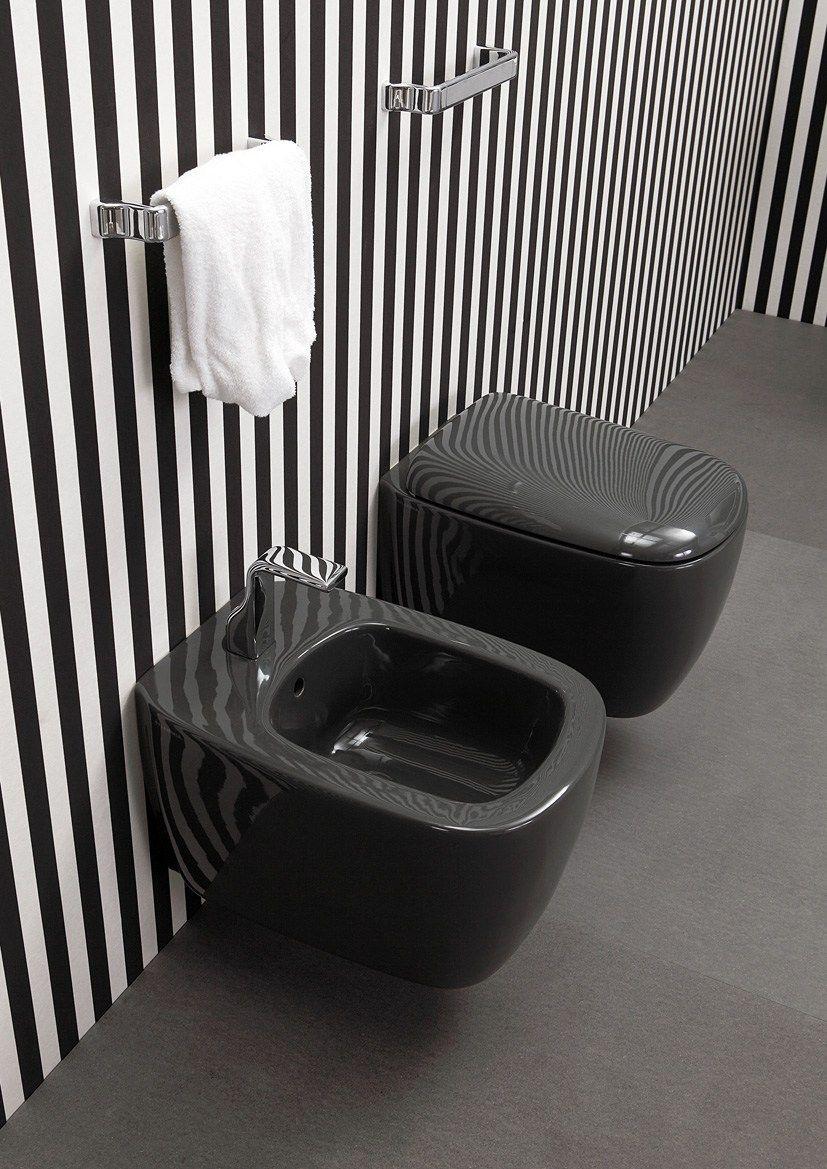 Стильная черная сантехника в ванной