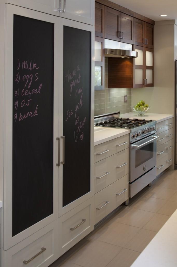 Креативная идея - холодильник спрятанный внутри кухонного гарнитура с грифельными фасадами для записей