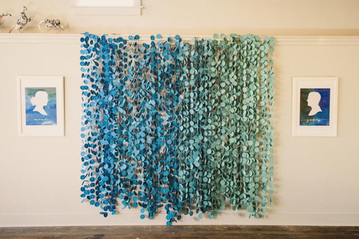 От синего к зеленому - гирлянда из бумажных кружочков