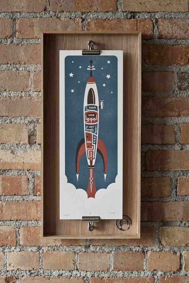 Стилизованное изображение ракеты в нестандартной деревянной рамочке