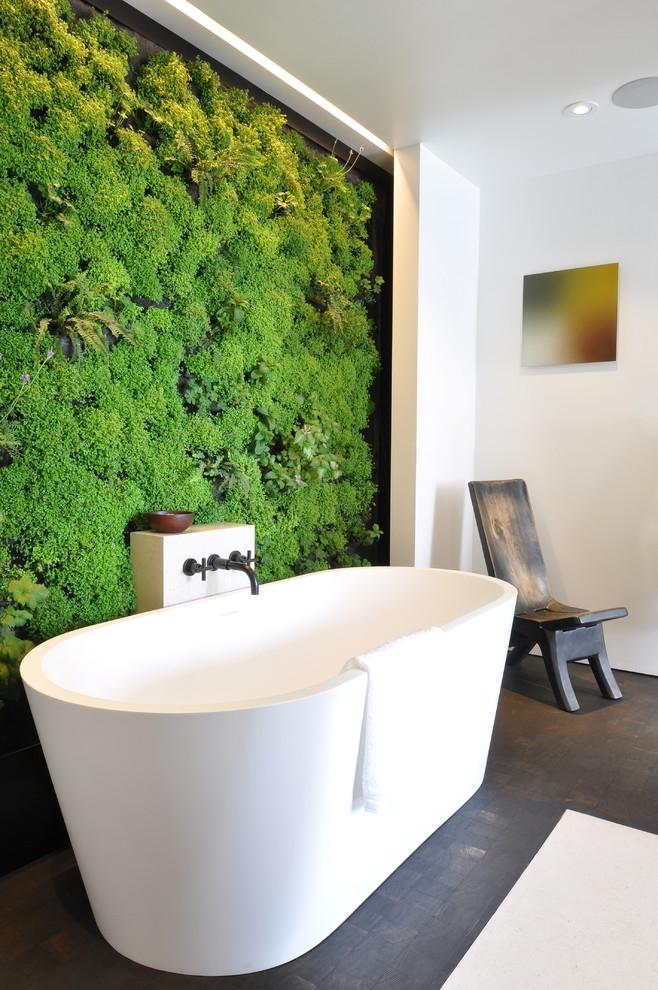 Стена из растений сочного зеленого цвета в ванной комнате