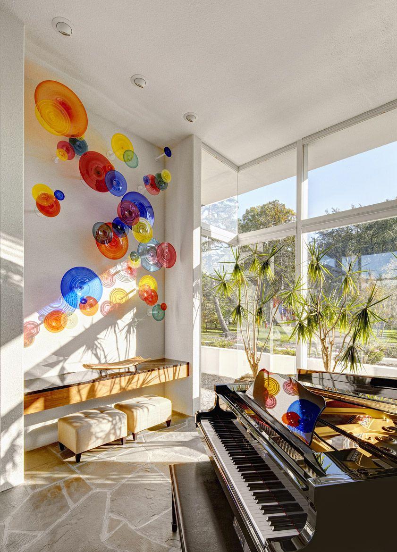 Необычная композиция из разноцветных стеклянных ваз