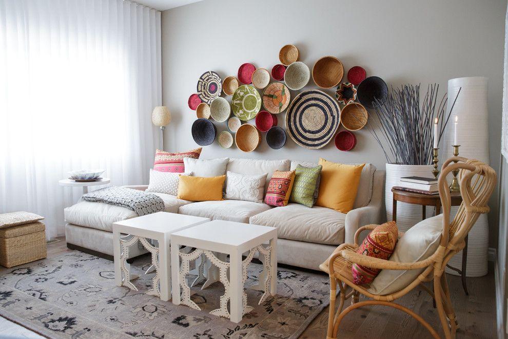 Тарелки различных цветов и размеров составляют отличную декоративную композицию