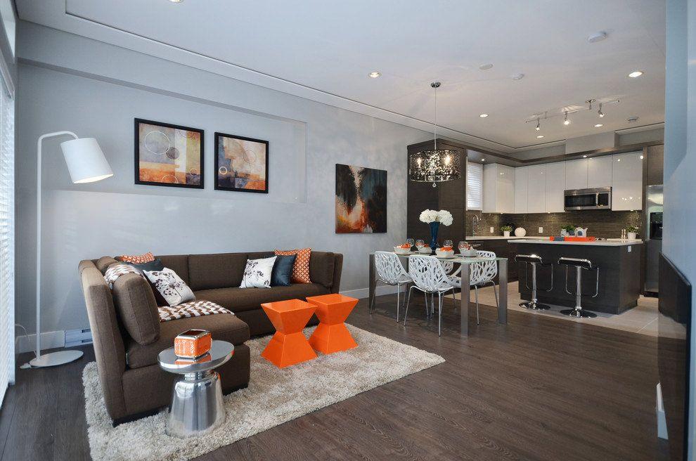 Объединенный дизайн двухкомнатной квартиры превращает гостиную, кухню и столовую в одну зону