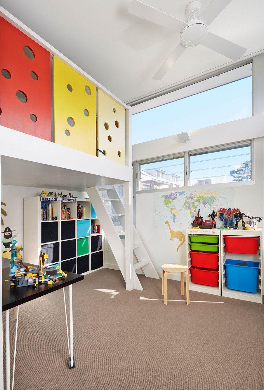 Высокий потолок сталинки позволит организовать в детской двухэтажную игровую конструкцию