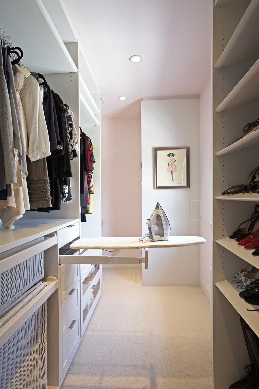 При грамотной перепланировке в двухкомнатной квартире можно оборудовать небольшую гардеробную