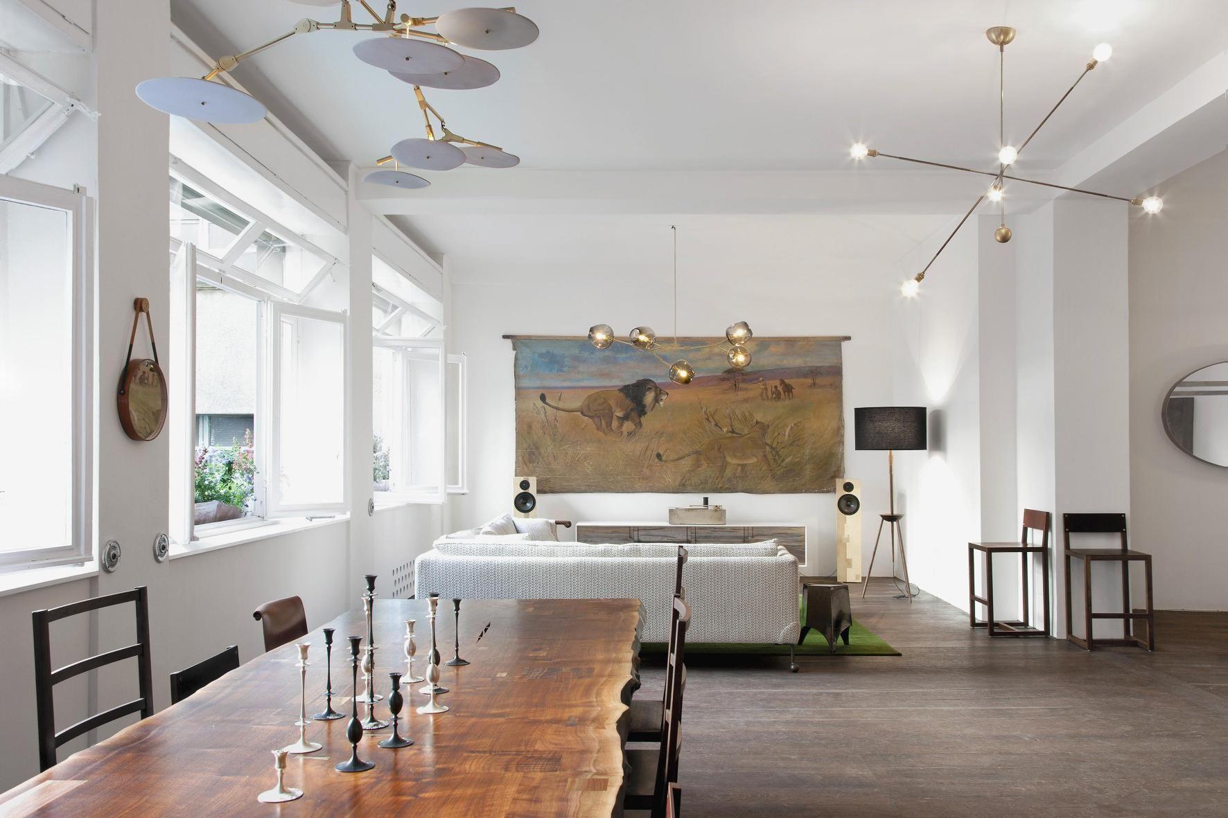 Колоритная картина в гостиной задает тон всему интерьеру