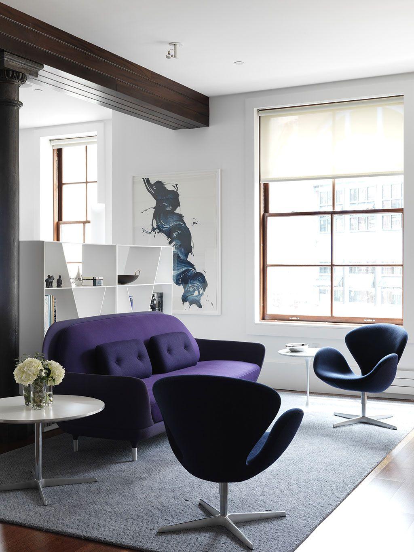 Сдержанный минимализм разбавлен контрастным фиолетовым диваном