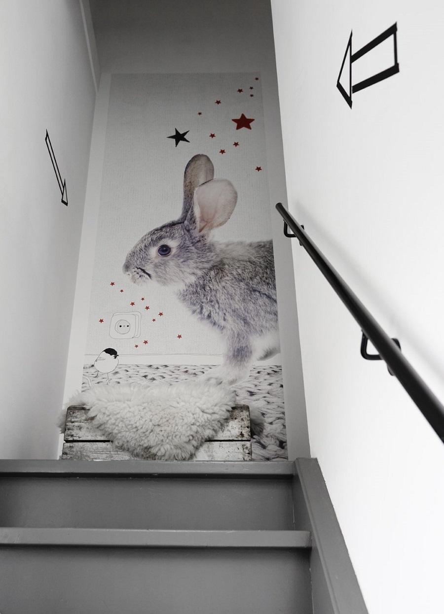 Прекрасный кролик на лестничном проеме