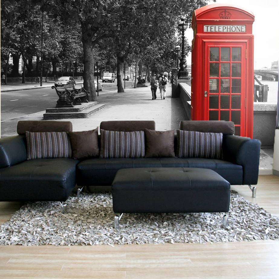 Великолепный контраст между красной телефонной будкой и черно-белой улицей
