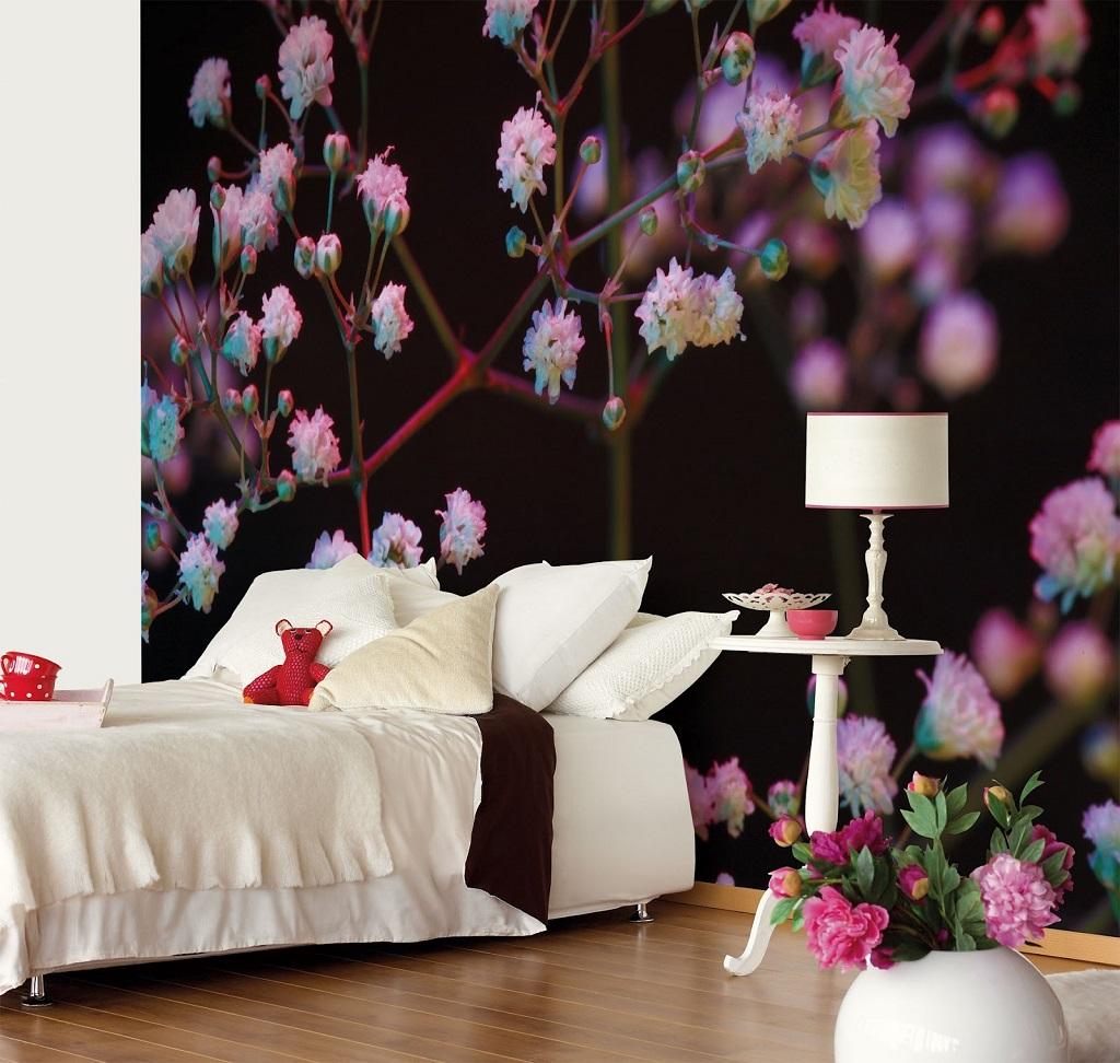 Прекрасные фиолетовые цветы на черном фоне