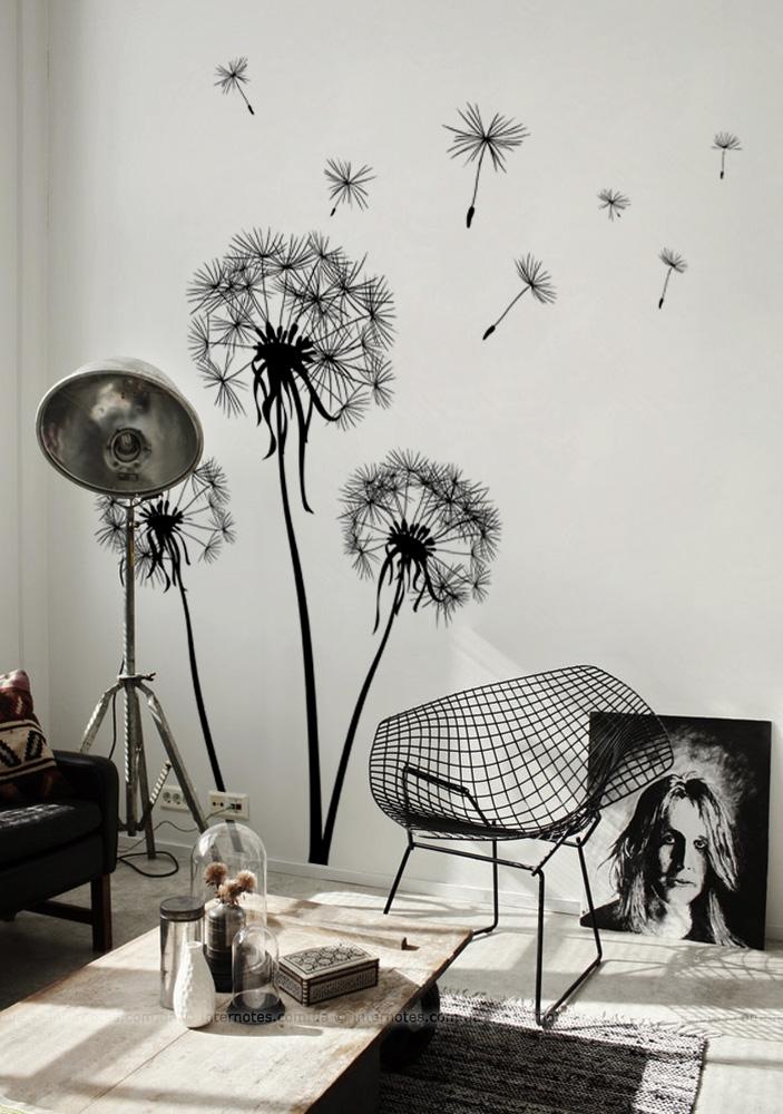 Одуванчики прекрасно дополняют черно-белый интерьер