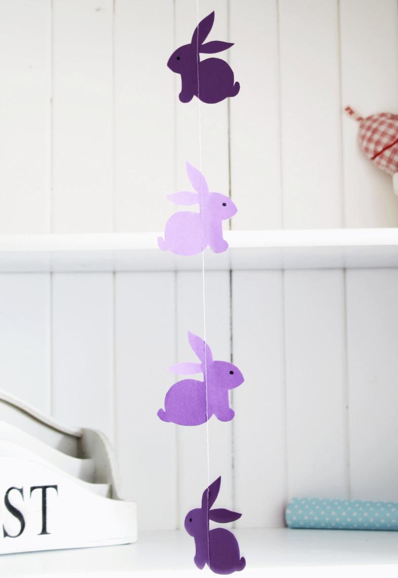 Веселые сиреневые бумажные зайцы на гирлянде