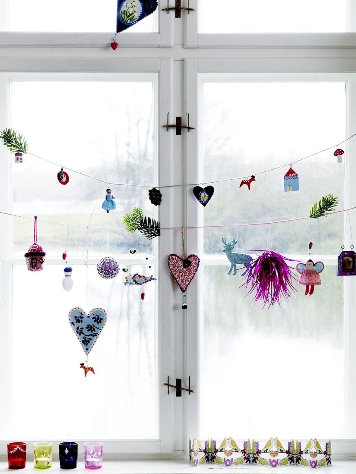 Окно, украшенное новогодней гирляндой