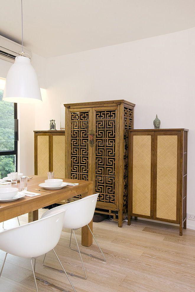 Простой деревянный сервант с вырезанными меандрами - достойное украшение столовой в греческом стиле
