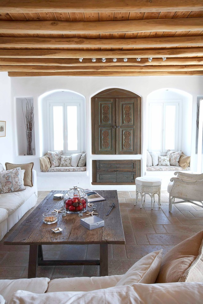 Изюминкой гостиной может стать арочный шкаф, а так же уюта помещению добавят подушки на подоконниках с принтом в греческом стиле