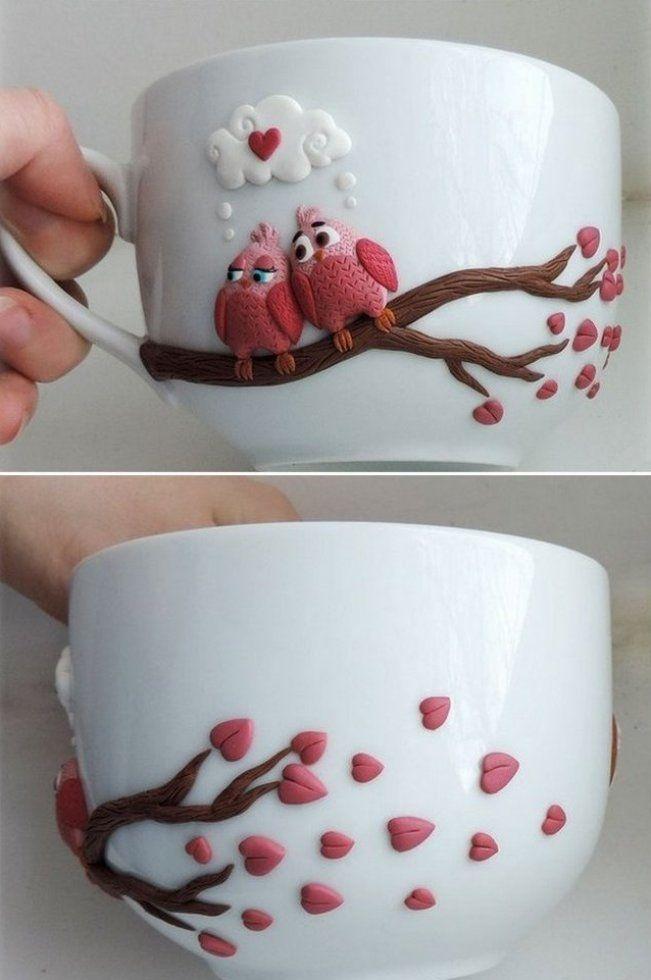 Фигурками из холодного фарфора можно украсить чашку