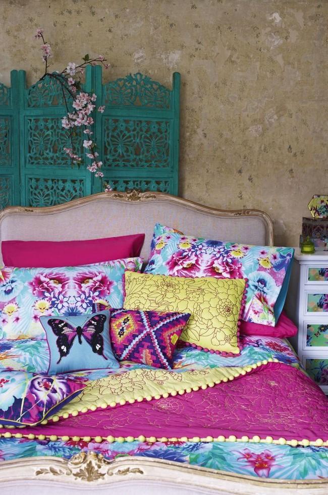 Ширма с резьбой способна очень украсить изголовье кровати в женском будуаре