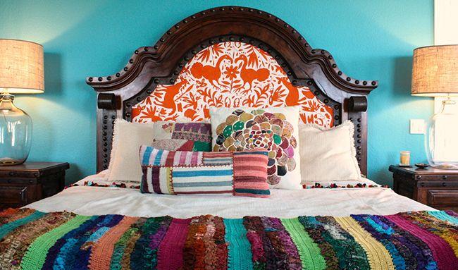 Тёмное дерево с металлическими деталями и яркий рисунок на ткани – креативное сочетание стилей для изголовья кровати